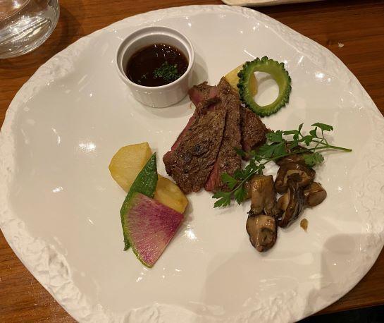 牛サーロインのペッパーステーキ 赤ワインソース 森のキノコとフライドポテト添え