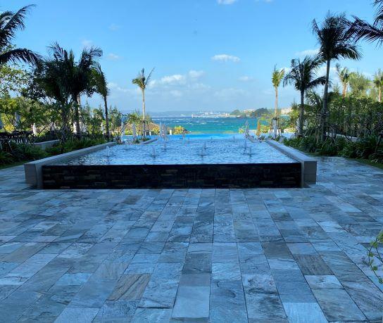 ハレクラニ沖縄ビーチフロントウィングのロビーから見えるプール
