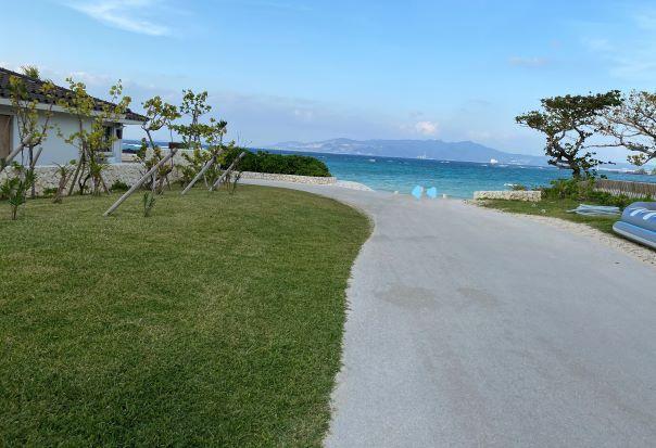 ハレクラニ沖縄の海に続く道